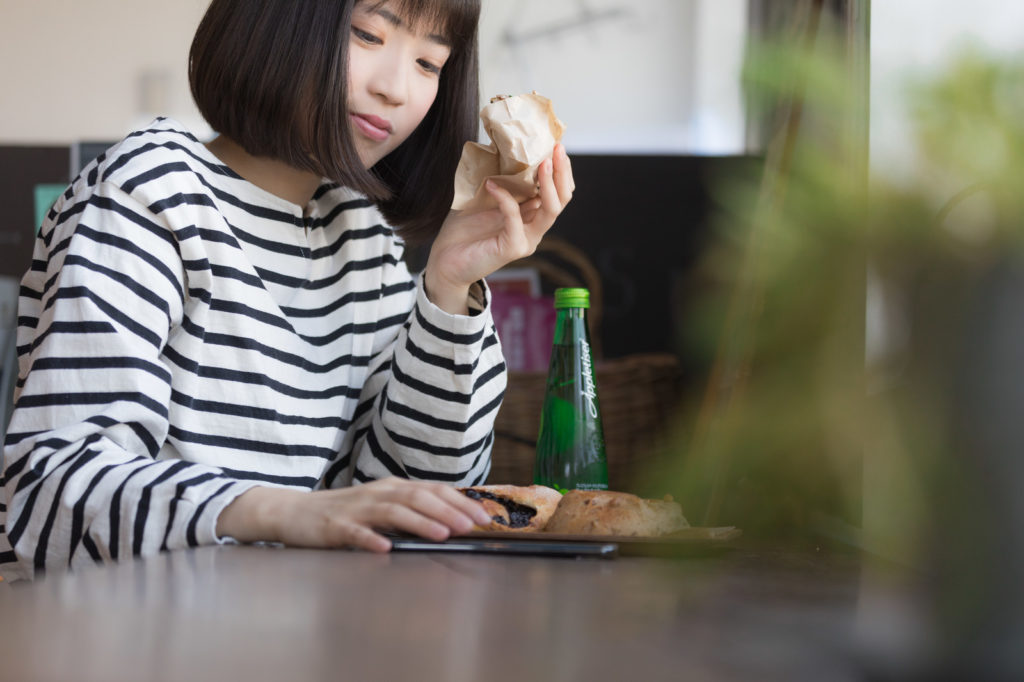 woman_with_iphone